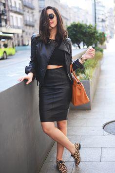 Comprar ropa de este look: https://lookastic.es/moda-mujer/looks/chaqueta-top-corto-falda-lapiz-zapatos-oxford-bolsa-tote/1616 — Chaqueta de Cuero Negra — Top Corto Negro — Falda Lápiz de Cuero Negra — Bolsa Tote de Cuero Tabaco — Zapatos Oxford de Ante de Leopardo Marrón Claro