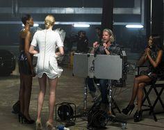 Queréissaber cómo realizan los anuncios futuristas? En el capítulo de The face UK de hoy acompañamos a nuestras aspirantes a modelos a la grabación de anuncios de estética futurista parauna marca de coches de lujo. Queréis saber más? Encended la tele a las 16:00h con Canal Decasa y lo descubriréis! #CanalDecasa #TheFaceUK #NaomiCampbell #Moda #Maserati #Anuncios #Futurismo #Sesion #Fashion @iamnaomicampbell by decasa