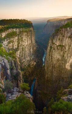 BİLGELİK VADİSİ ANTALYA Yaklaşık 600 metre yüksekliğinde uçurumlardan meydana gelen bu kanyonun tabanından ise turkuaz rengiyle Köprüçay Nehri akmakta.