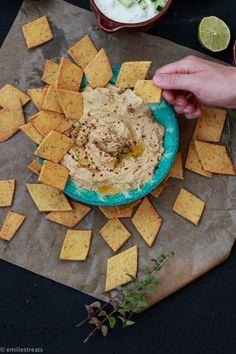 Knuspert ihr auch so gern wie ich? Dann werden euch die Cracker aus Kichererbsenmehl begeistern! Sie sind super gesund, da aus Hülsenfrüchten und lecker.