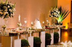 Mesa de doces com o fundo de painel em tecido para valorizar a decoração