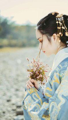 """"""" Hoa nở là hữu tình, hoa rơi là vô ý. Người đến là duyên khởi, người đi là duyên tàn. Ba ngàn thế giới, mỗi một ngày đều sẽ có lướt qua, mỗi một ngày đều có trùng phùng."""" trích Năm tháng tĩnh lặng, kiếp này bình yên- Bạch Lạc Mai Chinese Traditional Costume, Traditional Dresses, Hanfu, Chinese Picture, East Of The Sun, Chinese Drawings, Ancient Beauty, Chinese Clothing, Cosplay"""