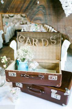 Koffer für Geschenk-Karten mit Buchstaben-Girlande. Eine schöne Idee für deine Vintage Hochzeit. Mehr findest du auf www. brautrezepte.de