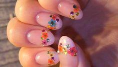 ネイルクルーに投稿されたさきさんのネイルアート「押し花ネイル」です。 「うすピンクのフレンチにカラフルな押し花ネイル 」