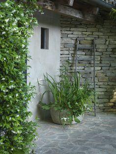 Small poolhouse with green bushes Pool Houses, Green Plants, Facade, Garden, Outdoor Decor, Modern, Terraces, Northern Italy, Garten