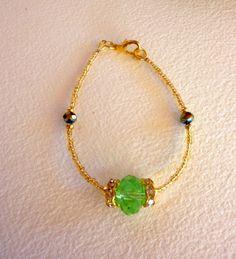 Bracelet vert et mini rocailles dorées de la boutique Malokabijoux sur Etsy