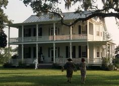 """A look at the sets and filming locations for """"Forrest Gump"""" and the big old Southern plantation house in Greenbow, Alabama, he and his mama lived in. Forrest Gump, Southern Style Homes, Southern Belle, Southern Plantations, Southern Mansions, Cinema, Plantation Homes, Filming Locations, Home Photo"""