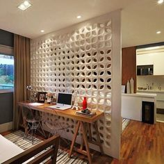 Linda parede divisória da sala e do quarto por cobogós,  deixa passar luminosidade e ventilação, além de dividir com graça.