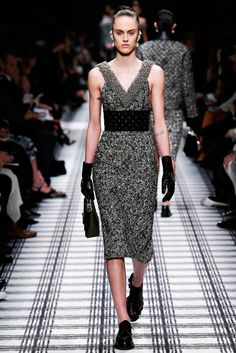 Balenciaga Fall 2015 Ready-to-Wear Collection Photos - Vogue Vogue Fashion, Look Fashion, Runway Fashion, High Fashion, Fashion Show, Fashion Design, Paris Fashion, Fashion Studio, Modest Fashion