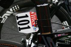 La plaque de cadre 101 - © Vélo 101   Toute reproduction, même partielle, sans autorisation, est strictement interdite. Dans les coulisses du Tour... le Village du Tour@velo101.com Contador et Porte ont-ils perdu le Tour ?, journée historique pour Cavendish,...