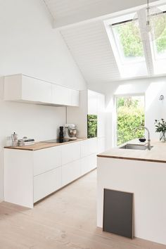 Sharp and timeless lines in the Henning Larsen Architects' kitchen design. White fronts with a solid oak countertop Küchen Design, Interior Design, Cuisines Design, Kitchen Countertops, Home Kitchens, Ikea Kitchens, Kitchen Remodel, Kitchen Decor, Ikea Kitchen Design