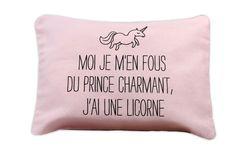 """Melazic c'est l'histoire de deux soeurs Mélanie et Soizic, un univers féerique imaginé tout spécialement pour les Princesses et Princes Charmants d'aujourd'hui. Petite pochette rose avec le message """"Moi je m'en fous du prince charmant, j'ai une licorne"""" et une jolie petite licorne."""