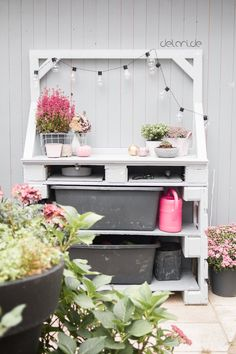 Pflanztisch DIY – upcycling – delari Pflanztisch DIY – upcycling – delari Pallets with a distinction… Herb Garden Pallet, Diy Herb Garden, Pallets Garden, Indoor Garden, Outdoor Gardens, Pallet Gardening, Flower Pot Crafts, Flower Pots, Hydrangea Care