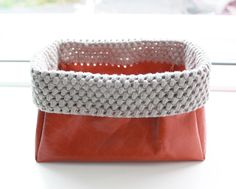 Lutter Idyl: Little basket ind leather and puffstitches        ♪ ♪ ... #inspiration_crochet #diy GB http://www.pinterest.com/gigibrazil/boards/