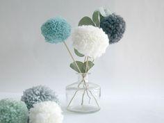 Couleurs et matières douces, ce nouveau tutoriel s'accorde parfaitement avec la météo du moment. Je vous ai partagé, en fin d'année dernière, un petit DIY à base de pompons. Je réitère … Moment, Bouquets, Glass Vase, Creations, Decoration, Blog, Home Decor, Pom Poms, Colors