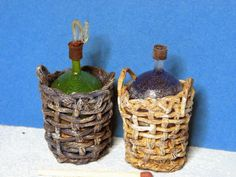 How to make miniature wine bottles in baskets - good method to do traditional Chianti bottles Mini Kitchen, Miniature Kitchen, Toy Kitchen, Miniature Food, Miniature Dolls, Dollhouse Tutorials, Diy Dollhouse, Miniature Tutorials, Clay Miniatures