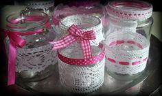 Glazen potten beplakt met kant, lint en bedeltjes. Overdag ziet het er leuk uit en 's avonds is het gezellig met een waxinelichtje erin. Ik heb fotolijm en dubbelzijdig tape gebruikt. Leuk als decoratie of om kado te geven.