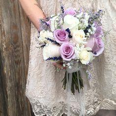 Ramo de novia realizado con rosas lilas y color champany.