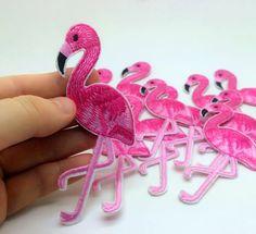 Купить товар1 Шт. Розовый Фламинго Птица Животных Утюг На Патч Вышитые Аппликация, Шитье Патч Наклейки Одежды Одежды DIY Одежда Аксессуары в категории Нашивкина AliExpress.       размер: 10.2*5.4 смпакет включает в себя: 1 шт. фламинго патчесть клей на обратной стороне. вы можете
