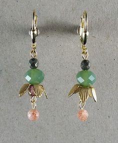 Vintage Ohrringe aus New York: Moos-, blass-orange und pyritfarbene Perlen mit blüttenförmigen Messingkappen. Material: vergoldetes Silber. Diese Ohrringe sind aus einer Limited Edition, hergestellt in Brooklyn, New York.
