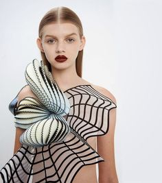 design-dautore.com: NOA RAVİV COMBİNES GRİD PATTERNS AND 3D PRİNTİNG FOR FASHİON COLLECTİON