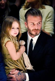 David Beckham carried his daughter, Harper, in a backpack during a family hike in a cute clip captured by wife Victoria — watch the video! Moda David Beckham, Estilo David Beckham, David Beckham Style, David Beckham Daughter, David Beckham Family, David E Victoria Beckham, Victoria And David, Blue Ivy, Applis Photo