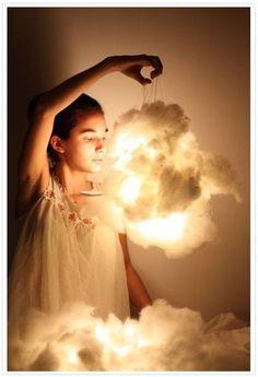 Olá, meninas! No post de hoje vamos mostrar o passo a passo para vocês mesmas fazerem uma luminária em formato de nuvem para o quarto de seus pequenos! Fica lindo para qualquer idade. É diferente, charmosa e muito fácil de confeccionar. Soltem a imaginação e façam de diferentes cores e tamanhos!   Vocês...