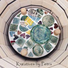 einen Blick in meinen Brennofen ;-))  bunte Fliesenstücke für mein Mosaik in meiner Werkstatt kreativesbypetra #Keramik #ceramik #brennofen #Glasur #glasurbrand #glaze #ton #töpfern #töpferei #plattentechnik #herzen #fliesen #teller #schmuckschalen #botz Teller, Petra, Mosaics, Work Shop Garage, Tile, Clay, Canvas, Schmuck