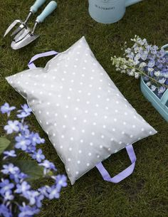 Free pattern by Torie Jayne - gardening kneeler . . .  OR Stadium Cushioned Seat . . ahhh
