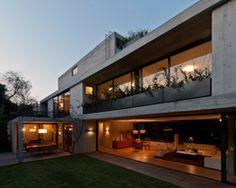 Boa solução utilizando-se de texturas de concreto, de madeira, pedras no quintal e paisagismo discreto porém, envolvente.