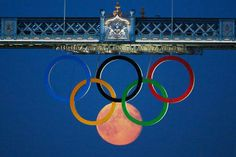 Moon forms extra Olympic Ring at Tower Bridge #London2012  I will go to the Olympics when I win the Lottery RIO2016