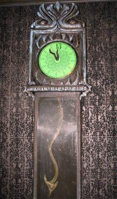 Upclose look at the Haunted Mansion clock. Haunted Mansion Decor, Haunted Mansion Halloween, Haunted Hotel, Disney Halloween, Halloween Prop, Halloween Witches, Happy Halloween, Disney Rides, Disney Parks