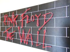 Pink Floyd The Wall.  Capa do disco da banda Pink Floyd.  Medidas: 95 x 45 cm.  FRETE GRÁTIS.    Todos nossos quadros são inteiramente confeccionados em mdf com total acabamento artesanal.    String Art ou Arte com Linhas, é uma técnica de origem europeia, que utiliza madeira, pregos e linhas col...
