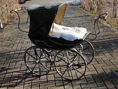Antieke kinderwagen rond 1900