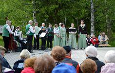 Illan aikana lauletaan, tanssitaan ja musisoidaan Iin laulupelimannien johdolla. Oulu (Finland)