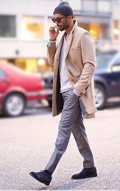 Comprar ropa de este look:  https://lookastic.es/moda-hombre/looks/abrigo-largo-jersey-de-pico-pantalon-de-vestir-zapatos-derby-gorro-gafas-de-sol/5610  — Gorro Gris Oscuro  — Gafas de Sol Negras  — Jersey de Pico Gris  — Abrigo Largo Beige  — Pantalón de Vestir Gris  — Zapatos Derby de Ante Negros