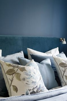 Fargen er en dyp, lun, varm og mørk blåfarge. Fargen passer godt til stue og soverom. Fargen gir en beroligende og avslappende følelse. #blå#blue#lun#dyp#avslappende#stue#livingroom#kjøkken#kitchen#soverom#bedroom#bad#bathroom#inspirasjon#inspiration#seng#bed#sengegavel#puter#pillows#velur#fargerkart#Fargerike Hamptons Style Homes, The Hamptons, Bed Pillows, Pillow Cases, Ikea, Pillows, Ikea Co