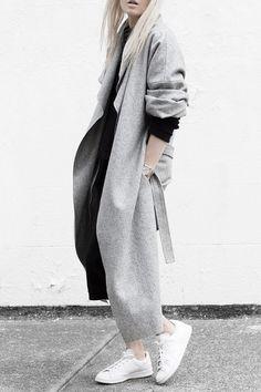 Schöner Mantel aus Woll-Mix mit Wasserfallkragen, langen Ärmeln, zwei seitlichen Leistentaschen und Schnürband! Hier entdecken und shoppen: http://sturbock.me/557