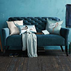 With velvet covered sofas one can go for the oldie look, with a gold velvet settee, or maybe a round velvet couch, chesterfield sofa or more. Sofa Design, Interior Design, Style At Home, Deco Turquoise, Tufted Couch, Settee Sofa, Chesterfield Sofa, Couch Pillows, Accent Pillows