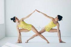 Dwie piękne kobiety robi asan jogi Obraz Stockowy