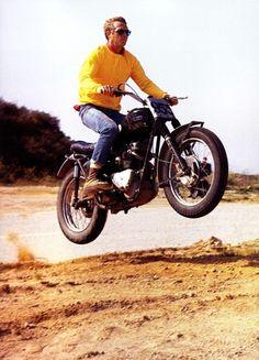 Steve McQueen dans les airs au guidon d'une Triumph Bonneville scrambler