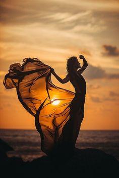 45 Most Creative Photos - Santatra Rasolomanana - Creative Fashion Photography, Creative Photos, Professional Photography, Girl Photography Poses, Sunset Photography, Silhouette Photography, Beach Photos, Belle Photo, Pictures