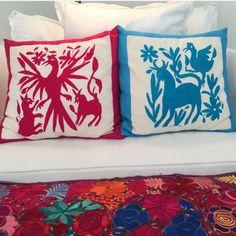 Un toque de color!  Cojines decorativos bordado Tenango. #cojine #bordadosmano #decoracion #coloresbrillantes #bordadotenango  A touch of color! Decorative pillows Tenango embroidery. #cushions #handembroidery #deco #brightcolors #tenangoembroidery #loveit