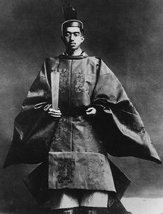 L'Empereur Shōwa revêtu de sa tenue de chef du culte de shintoïsme d'État, lors de son intronisation en 1928.