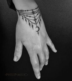 16 Awesome Looking Wrist Tattoos for Girls - Tattoo Design Gallery Finger Tattoos, Body Art Tattoos, Girl Tattoos, Tatoos, Tribal Tattoos, Cute Hand Tattoos, Cross Tattoos, Polynesian Tattoos, Armband Tattoos