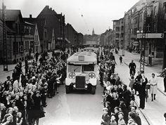 Bernadotte-aktionen. Danske Røde Kors busser kører gennem Odense d. 17. april 1945 på vej til Sverige med danske fanger fra tyske koncentrationslejre Tidsperiode og årstal Datering: 17. April 1945 - See more at: http://samlinger.natmus.dk/FHM/14601#sthash.P4lvVHGK.dpuf