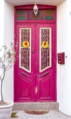 Una colorida opción para restaurar esta puerta antigua que es tan especial. Única, llena de vida y color.