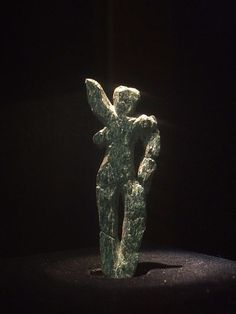 Venus of Galgenberg; a figurine of the Paleolithic Aurignacian culture, dated to c. discovered in 1988 close to Stratzing, Austria, (not far from the site of the Venus of Willendorf); sculpted from green serpentine rock. She is a dancer. Ancient Aliens, Ancient History, Art History, History Museum, Ancient Goddesses, Gods And Goddesses, Paleolithic Art, Paleolithic Period, Art Pariétal