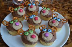 Kerst cupcakes zijn er in heel veel varianten. Zo kun je kiezen voor Kerstman cupcakes, cakejes met een kerstboom, maar ook rendier cupcakes zijn een leuke