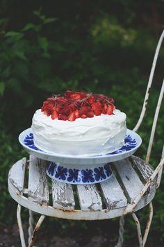 Jordgubbar och rabarber – är inte de det mest somriga som finns? Att göra en sommartårta med just dessa två känns hel rätt för att skapa sommarstämning – för den här sommaren verkar vara...